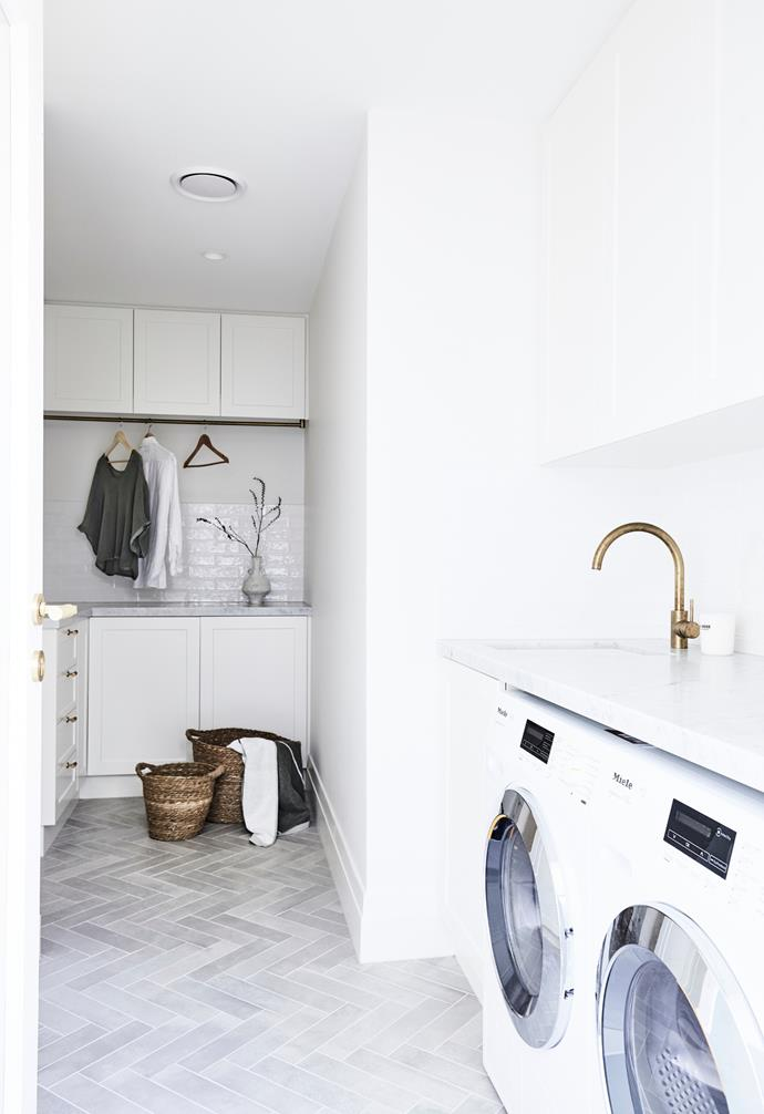 """Joinery in Dulux Whisper White and a Carrara marble benchtop get the job done in the [hard-working laundry](https://www.homestolove.com.au/laundries-that-deserve-to-be-in-the-spotlight-1700 target=""""_blank"""")."""