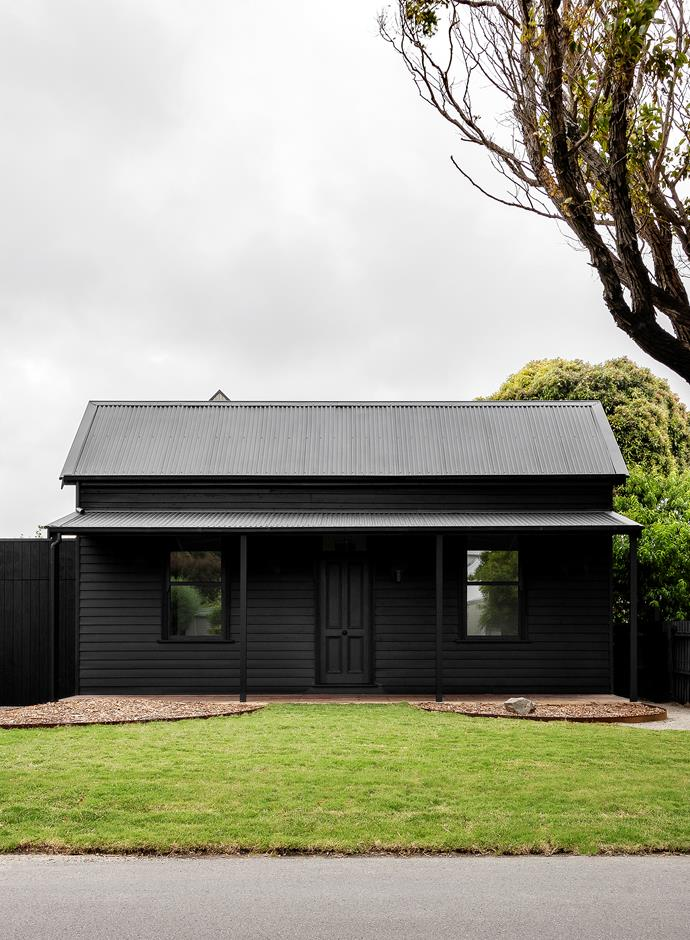 The newly built gable-formed extension peeks out from behind the heritage cottage, which was completely renovated and painted in black to make it recede into the landscape. The structures are linked by a glazed corridor, with the cottage housing the more private functions and the extension hosting the living spaces.