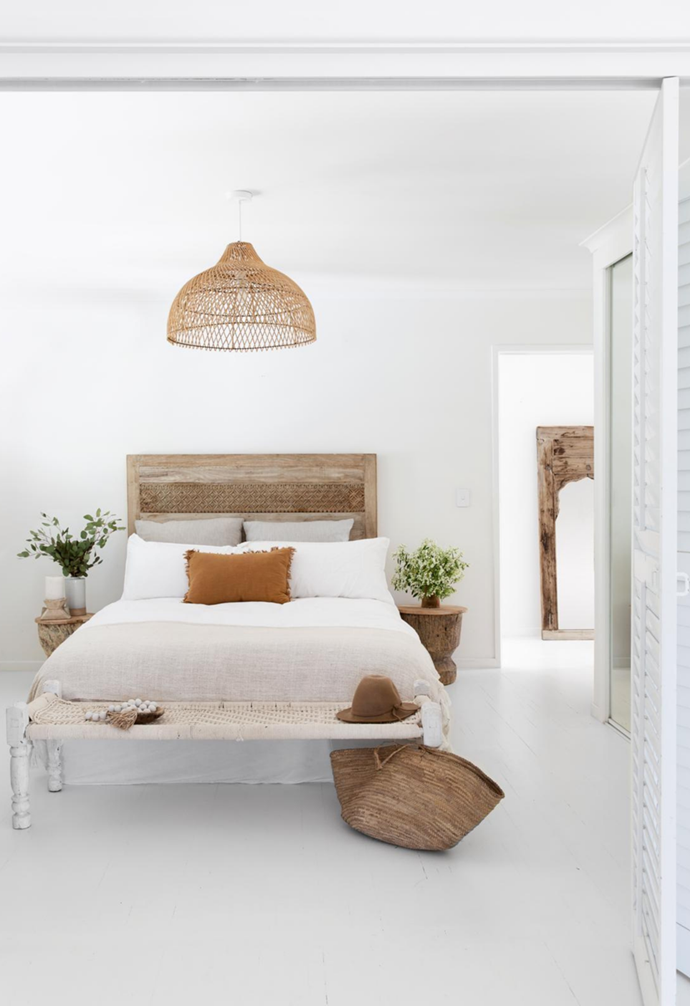 """The natural fibres and white theme in this [expansive Noosa home](https://www.homestolove.com.au/white-on-white-coastal-home-noosa-22415 target=""""_blank"""") is continued throughout the bedrooms with [earthy tones](https://www.homestolove.com.au/earthy-interior-colour-trend-5325 target=""""_blank"""")."""