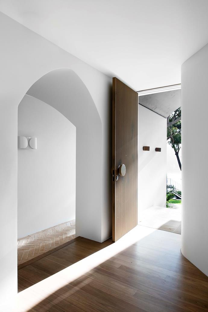 """Once you step inside, the home's palette of natural ochres, crisp warm whites, aged brass and charcoal accents reveals itself. The interior is by Ellis Lane Painting, using Murobond Old White Pure low-sheen acrylic. Fluted front door by [PHD Group](https://phdsydney.com.au/