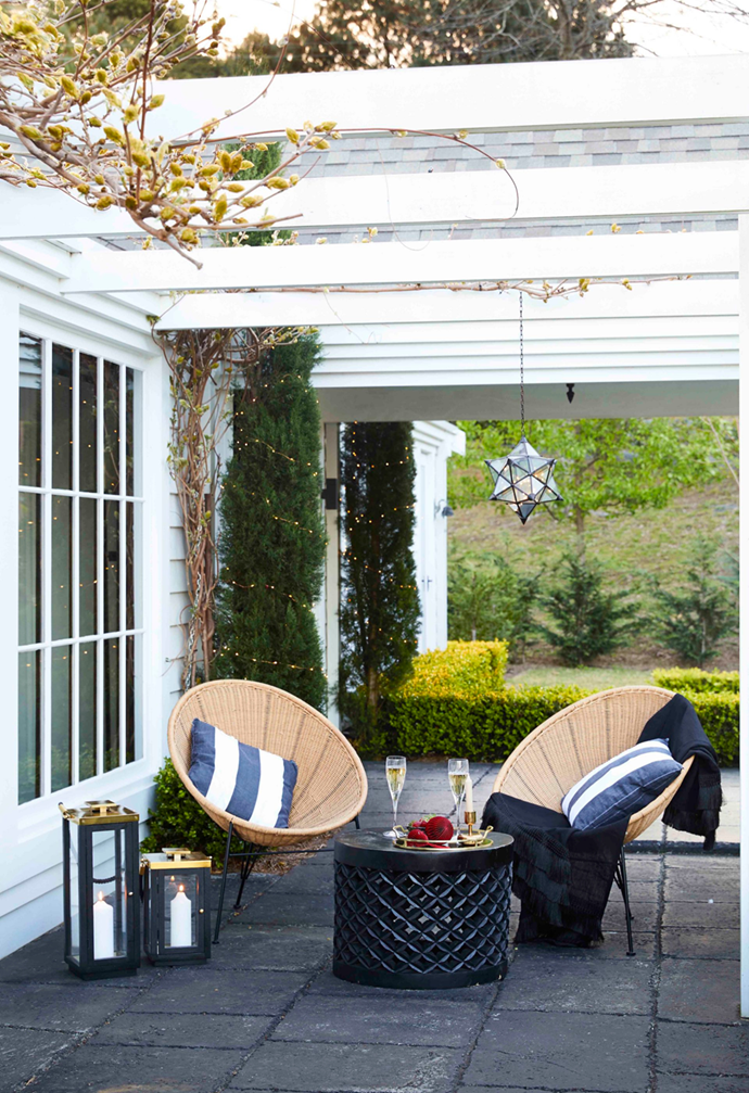 """A classic white pergola provides shade for the verandah and outdoor entertaining areas in this [elegant country home adorned with Christmas decorations](https://www.homestolove.com.au/royally-decorated-christmas-home-22113