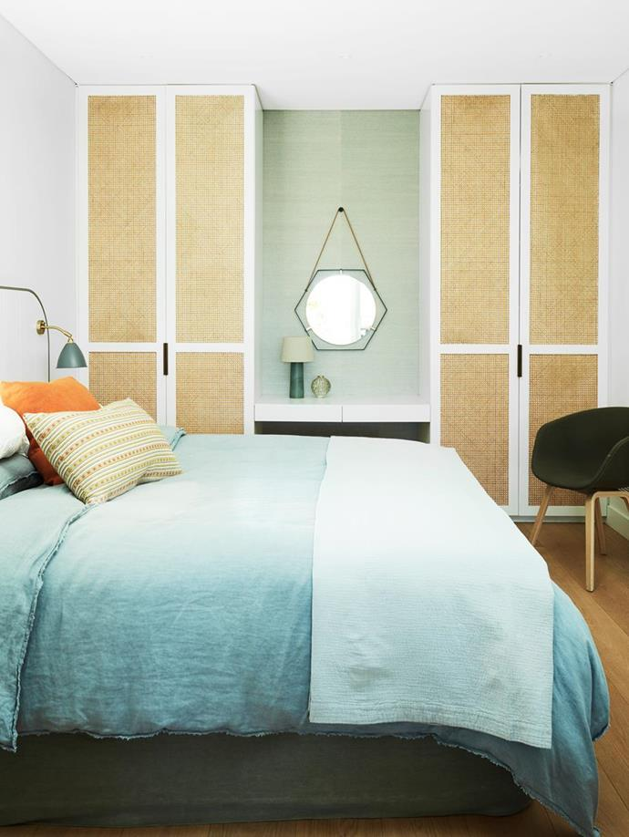 """The guest bedroom in this [sophisticated Sydney home](https://www.homestolove.com.au/casually-sophisticated-home-connected-to-the-outdoors-22216