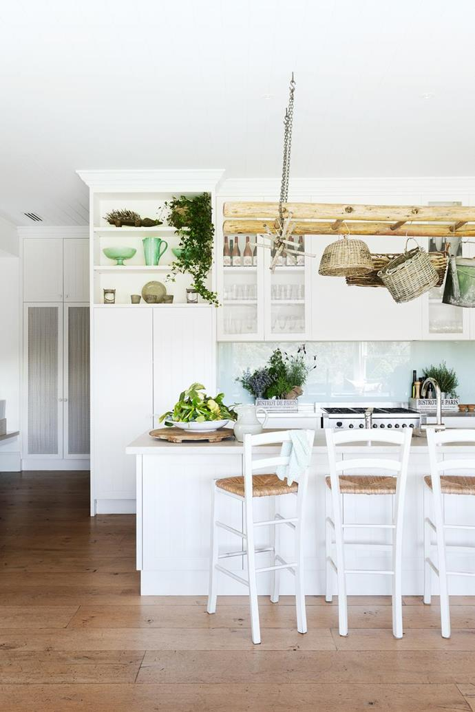 """Herbs and indoor plants bring life and colour to the [white kitchen](https://www.homestolove.com.au/best-white-kitchens-17040 target=""""_blank"""") of this [modern country home among the vineyards](https://www.homestolove.com.au/a-modern-country-home-on-the-mornington-peninsula-6484 target=""""_blank"""")."""