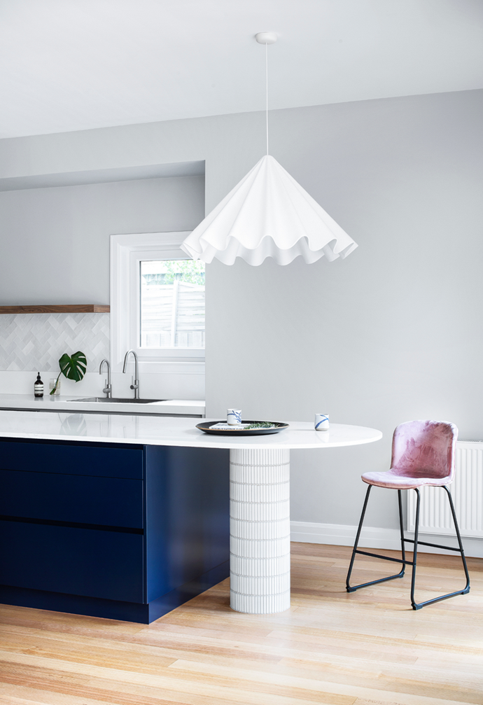 """The Art-Deco-inspired island and a benchtop in Quantum Quartz 'Statuario Quartz', designed by GIA Renovations, brings wow-factor and curves to the [kitchen of this period home in Melbourne's south](https://www.homestolove.com.au/before-after-modern-kitchen-makeover-22272