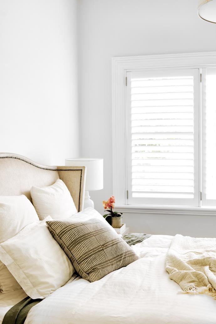 "Minimally furnished, this private space has an elegant winged bedhead. Flat sheet in Khaki, [In Bed](https://inbedstore.com/ target=""_blank"" rel=""nofollow""). Lana throw, [Jardan](https://www.jardan.com.au/products/lana-oatmeal-charcoal target=""_blank"" rel=""nofollow"")."