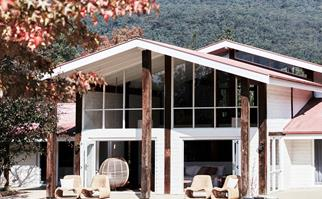 Whitewashed guest house in the Kangaroo Valley