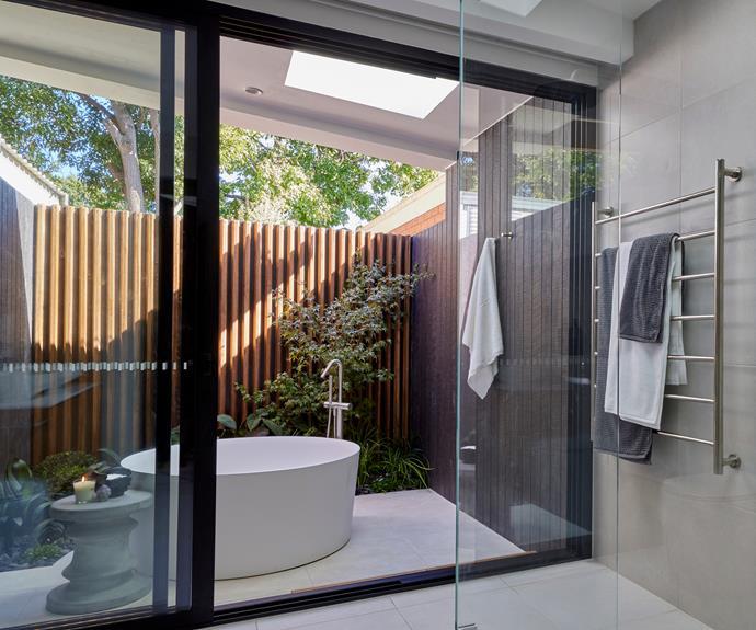 "Neale said Luke and Josh's indoor-outdoor master ensuite felt like a [luxury retreat](https://www.homestolove.com.au/best-couples-retreats-nsw-22477|target=""_blank""). [External walls](https://www.cemintel.com.au/products/territory-woodlands/|target=""_blank""|rel=""nofollow"") by Cemintel."