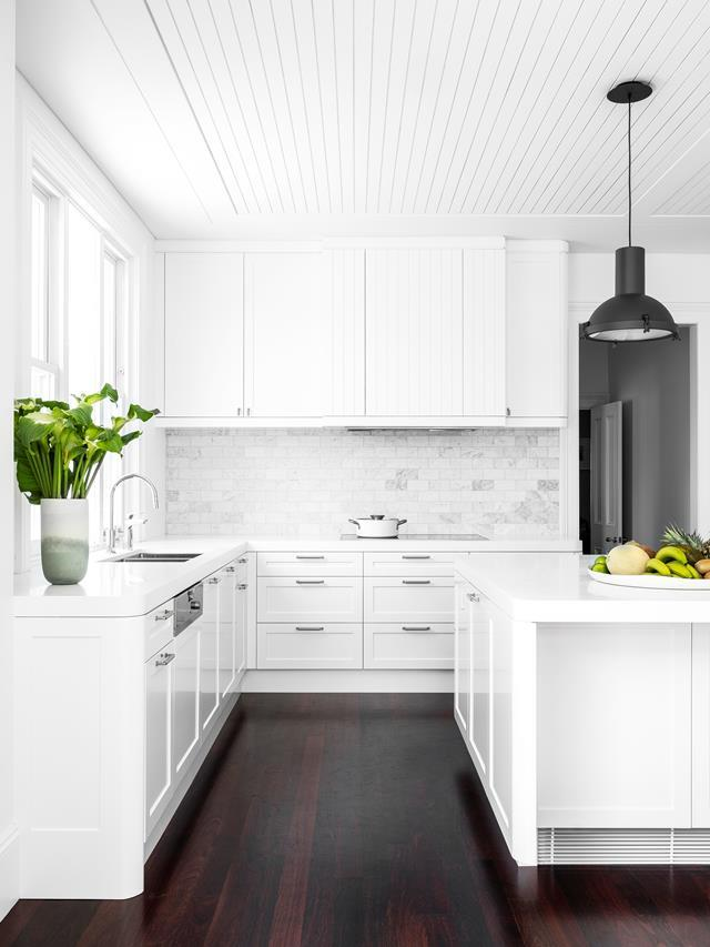 """This light and airy kitchen within a this [handsome family home](https://www.homestolove.com.au/light-and-airy-home-with-functional-layout-1-21363 target=""""_blank"""") embraces a white palette that keeps it looking fresh and clean. A large island bench makes it the perfect space to entertain."""