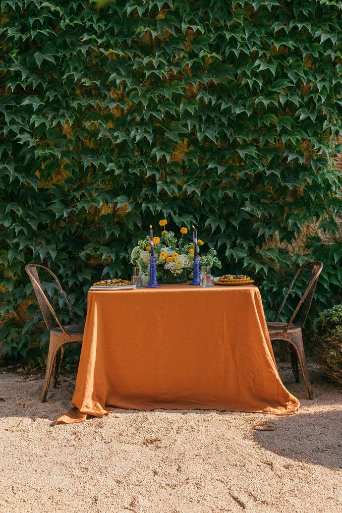 """Natural fabrics, earthy colours and a pop of the Mediterranean in this inviting outdoor table setting from [Carlotta + Gee](https://www.carlottaandgee.com/