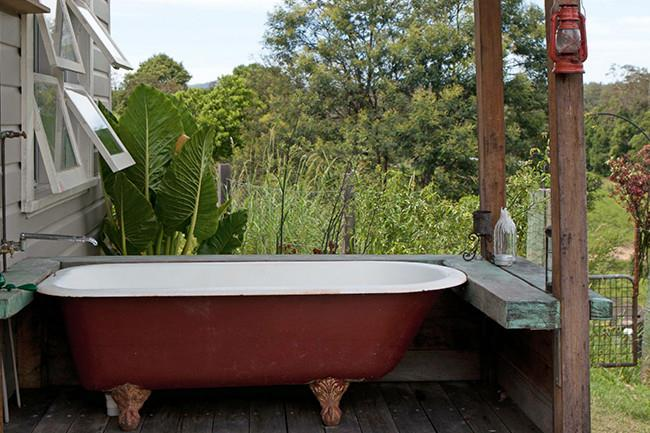 7\. Indulge in an outdoor [bathroom](http://www.homelife.com.au/decorating/bathroom) with hot water on tap! | Photo: Simon Griffiths