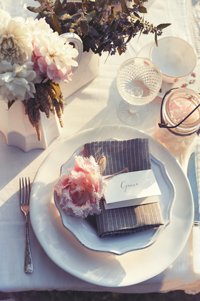 **4.** Simple place settings adorned with a single fresh spring flower creates an elegant and thoughtful greeting for guests.  [**\*Gorgeous wedding table decorating ideas\***](http://www.homelife.com.au/decorating/galleries/gorgeous+wedding+table+decorating+ideas+,24551)   Photo: Corrie Bond