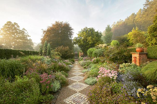 **2.** The dramatic borders at [**Cloudehill garden**](http://www.homelife.com.au/gardening/galleries/cloudehill+garden,17477) vary from pastel tones to bold, rich colours. | Photo: Claire Takacs
