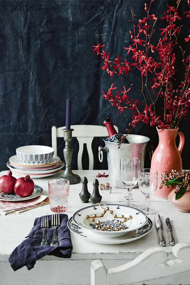 """Give an all-white dining table some Christmas cheer with the red blooms of [NSW Christmas bush](https://www.homestolove.com.au/9-of-the-best-christmas-tree-plants-13624 and gold decorations
