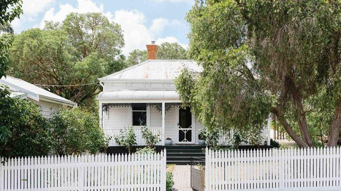 "On the map of rural Victoria, the [Macedon Ranges](https://www.homestolove.com.au/artists-bright-weatherboard-farmhouse-in-the-macedon-ranges-14002|target=""_blank"") had long been pinpointed as a place where Marnie and Ryan Hawson could settle down after travelling through Europe. The couple  found this classic Victorian weatherboard cottage in Riddels Creek. ""We'd been travelling so much and wanted to nest,"" says Marnie."