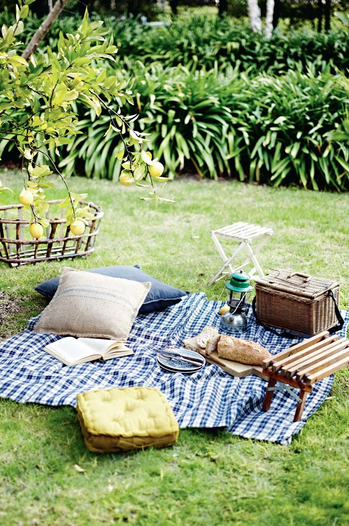 3. Set up a picnic rug instead of a entertaining around a dinner table. Decorate with pillows and small stools to create a comfortable environment for your guests to sit, chat and relax. | Photo: Lisa Cohen