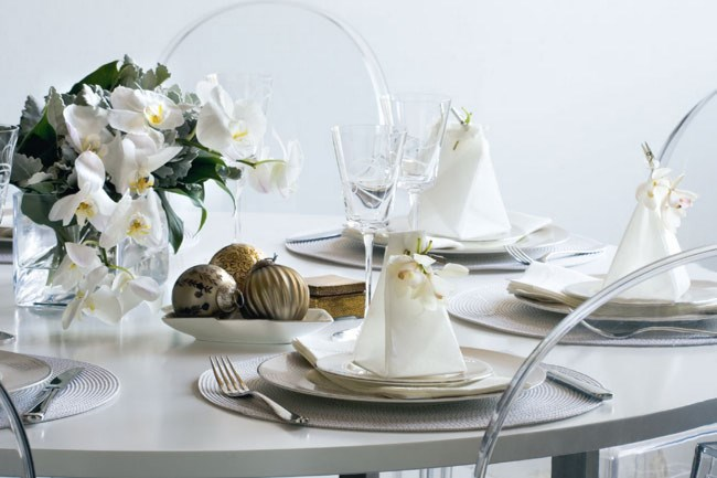 **[Luxurious silver and white theme](http://www.homelife.com.au/home+ideas/decorating/christmas+decorating+ideas,5151)** | Photo: Sam McAdam-Cooper