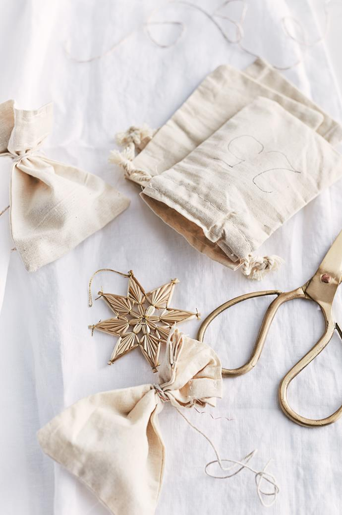 "A stylish Advent calendar? It exists! We used small linen bags and filled them with lollies, chocolates and little knick-knacks. Hang them from your mantlepiece for a calendar that's as pretty as it is practical. You could also try our [advent calendar bunting >](https://www.homestolove.com.au/how-to-make-advent-calendar-bunting-for-christmas-10190|target=""_blank"")"
