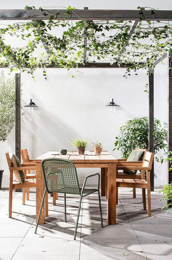 8\. Use foliage to create shade. By growing your own canopy over a wood or steel frame you get a trifold deal – a living sculpture, much-needed shade and all the glorious oxygen you can handle. Image via [Karwei](https://www.karwei.nl/)