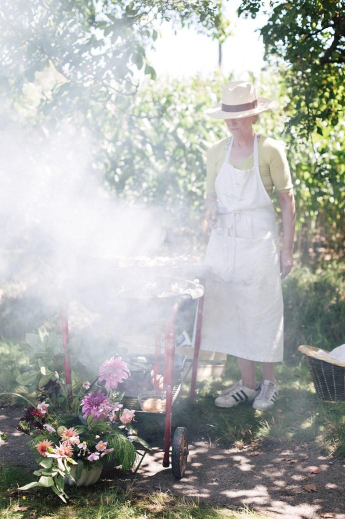 Australian cook and baker, Gillian Bell, prepares for a picnic in the garden.  | Photo: Annabelle Hickson