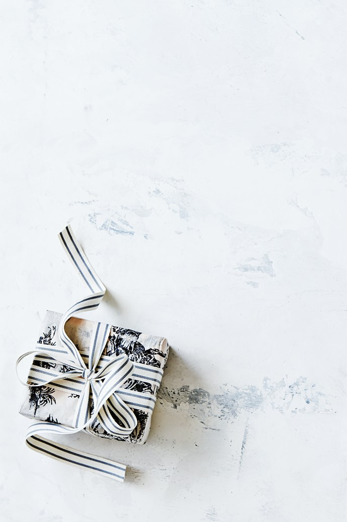 5. Wrap your presents in white paper, or calico cloth. Finish with a silver or pale blue ribbon. | Photo: Lisa Cohen