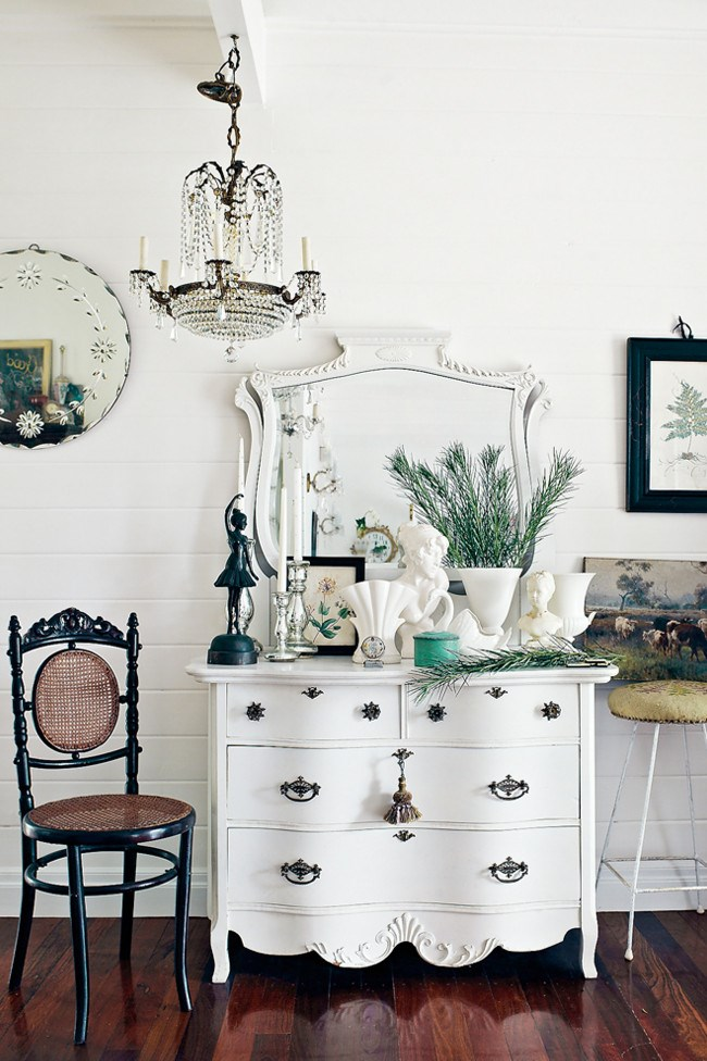 A [dressing table](http://www.homelife.com.au/decorating/trends/how+to+update+your+dressing+table,4969) in a guest bedroom. | Photo: Jared Fowler