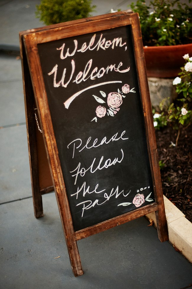 **See the signs** Lead your guests in the right direction with a hand drawn sign on a rustic [chalkboard](http://www.homelife.com.au/how+to/how+to+apply+chalkboard+paint,3547). Make International guests feel at home by including a welcome message in their language! You can customise the colours and design to tie in with the overall theme.  _Photo courtesy of [Rob Johnson Photography](http://robjohnsonphotography.com/)_
