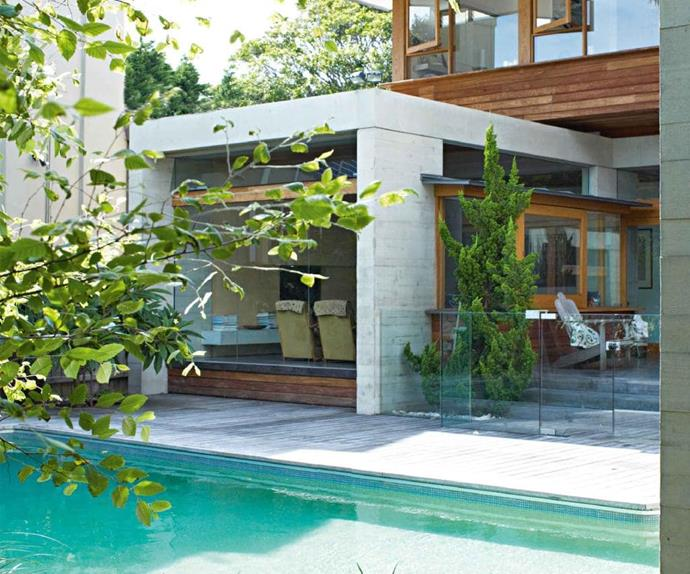 outdoor-pool-gass-fence-modern-concrete-home-dec11