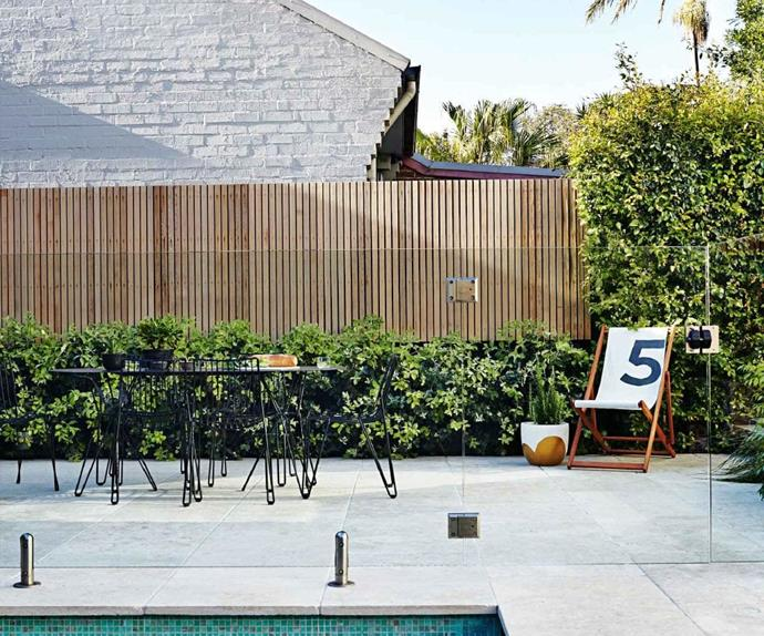 outdoor-paved-dining-setting-glass-fence-mar15