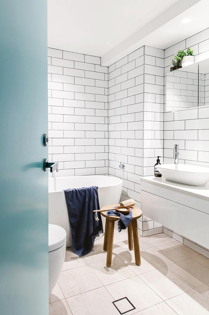 "When it came to renovating their [Bondi apartment](https://www.homestolove.com.au/the-perfect-reno-a-bondi-beach-apartment-connects-indoors-with-the-outdoors-16601|target=""_blank"") the owners knew they wanted a freestanding bath. They made their dream possible by combining the bathroom and WC into one large, and more functional space. *Photo: Maree Homer / Styling: Kerrie-Ann Jones*"