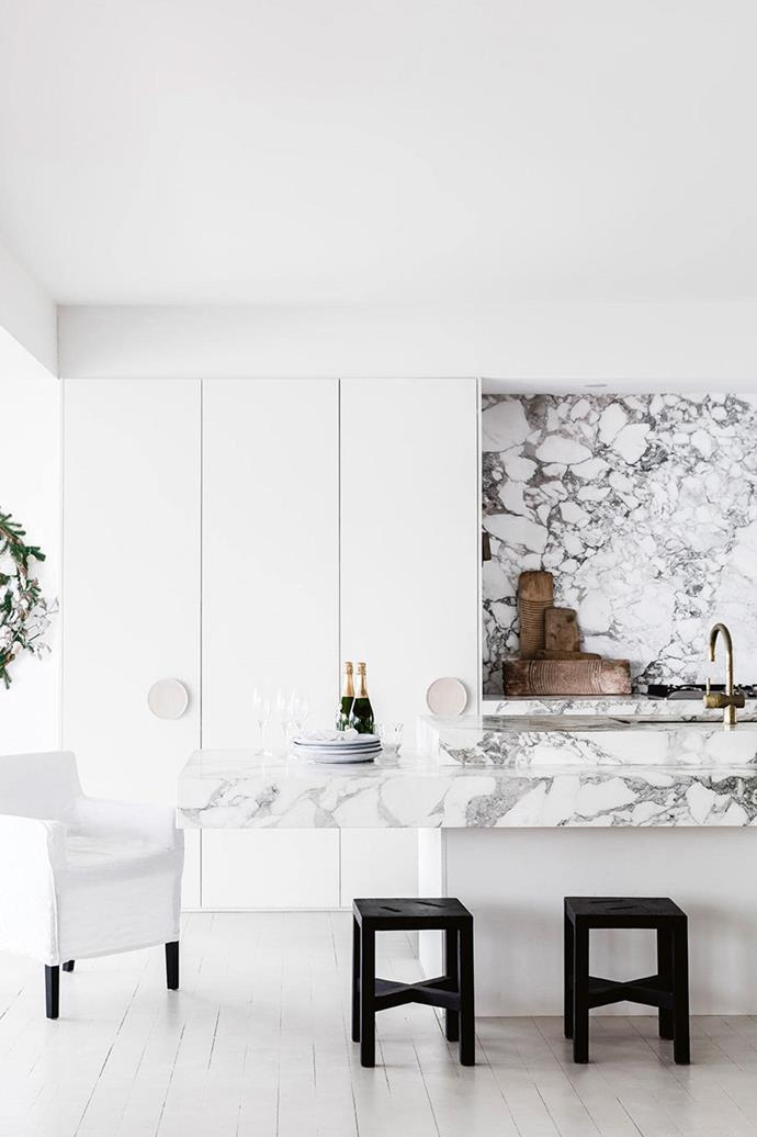 """Christmas is always a stylish affair in the seaside home of artist and [interior designer Anna Cayzer](https://www.homestolove.com.au/tour-this-stunning-mediterranean-style-home-this-christmas-15451