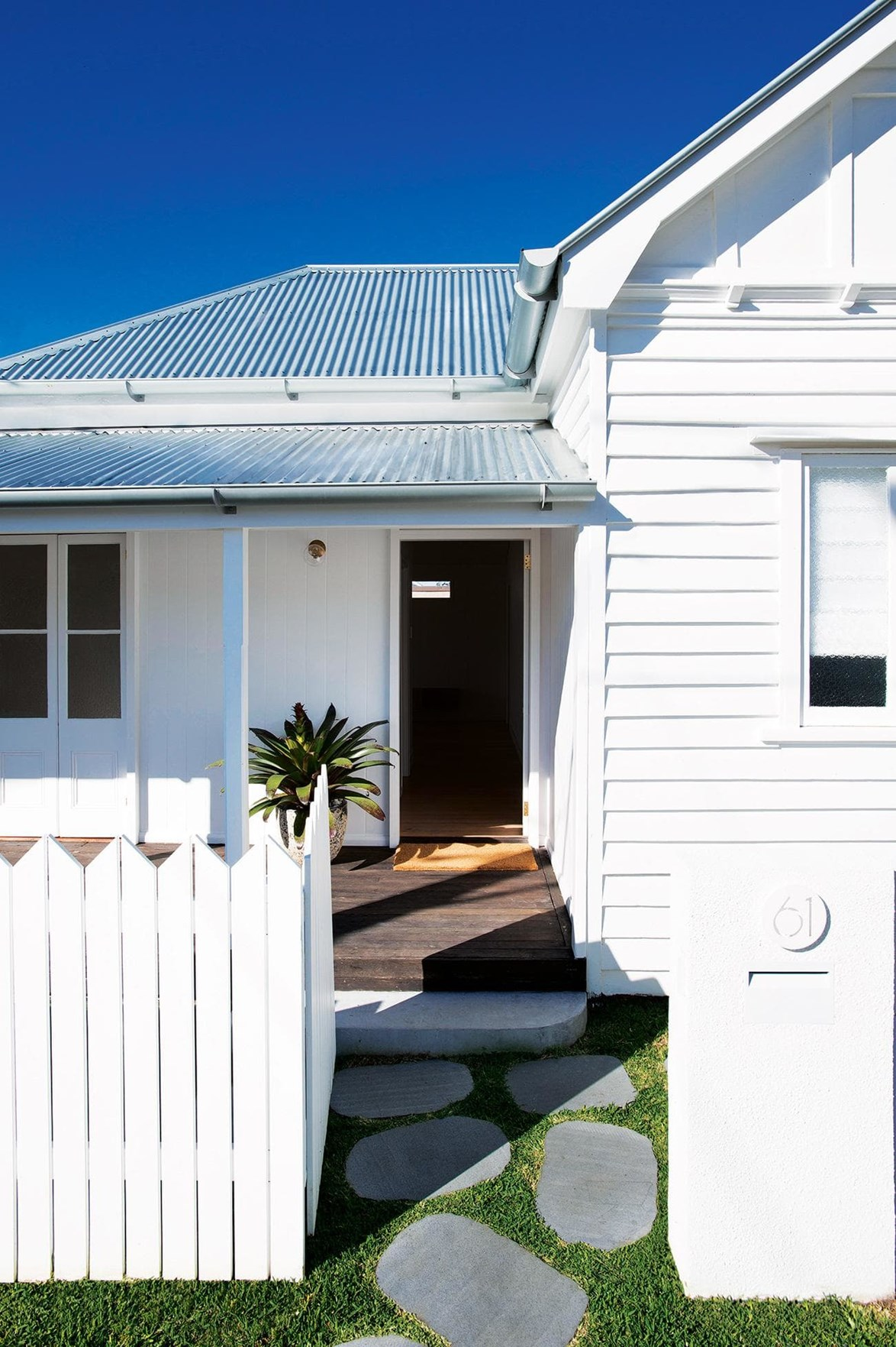 """Small yet mighty, this tiny [timber cottage in Queensland](https://www.homestolove.com.au/tour-this-renovated-queensland-cottage-that-maximises-space-18701