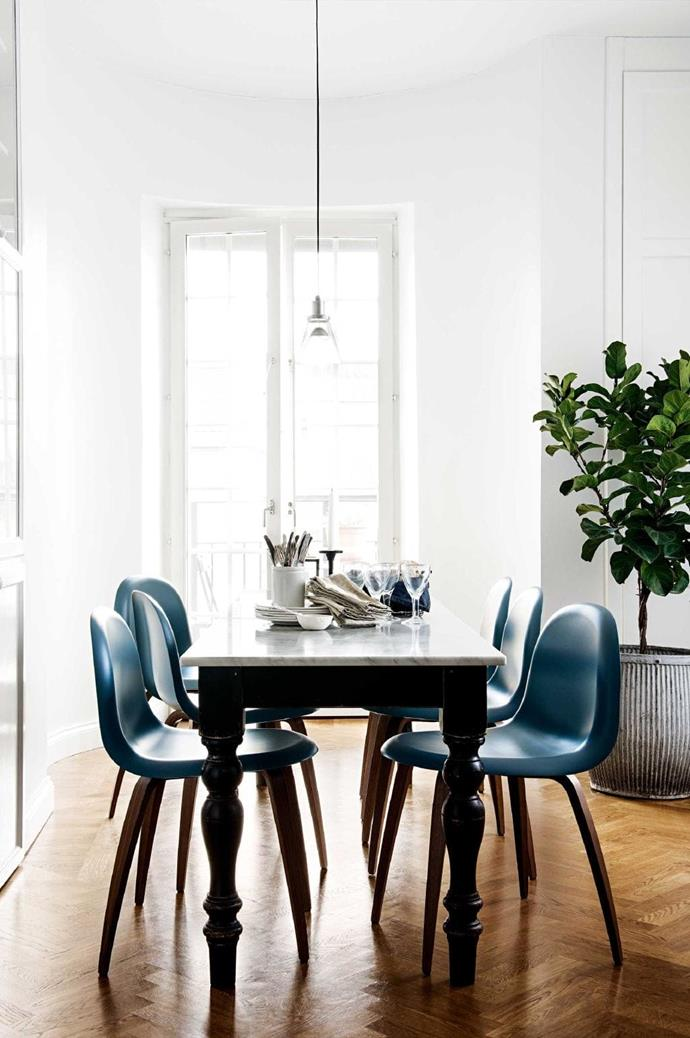 This eat-in spot in the cooking zone allows for casual family meals. The table is made of a second-hand buy with a new marble top. Gubi '5' chairs in grey with walnut legs echo the tones of the marble tabletop and parquetry floor.