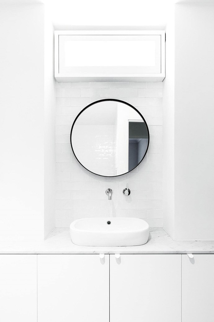 """This white-on-white bathroom in a [minimalist Sydney apartment](https://www.homestolove.com.au/minimalist-makeover-a-sydney-apartment-gets-a-fresh-start-16703