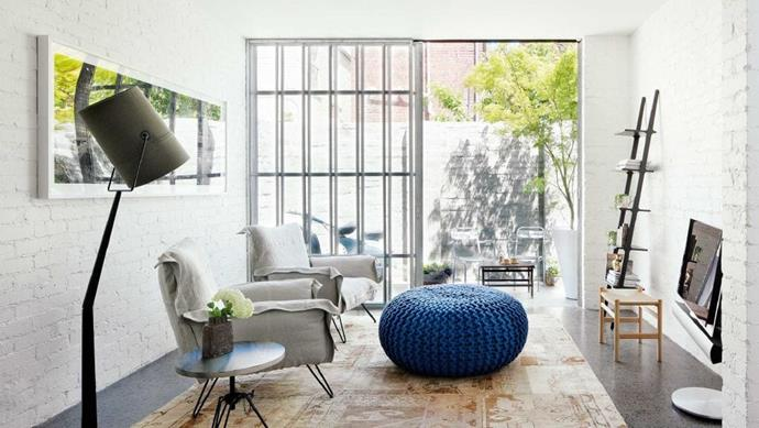 """Instead of using the usual [living room furniture](https://www.homestolove.com.au/20-best-open-plan-living-designs-17877 target=""""_blank"""") set (i.e. a large 'sofa, armchair and coffee table' combination), design Hamish went for a considered take on the overstated, with highly edited collections of big pieces."""
