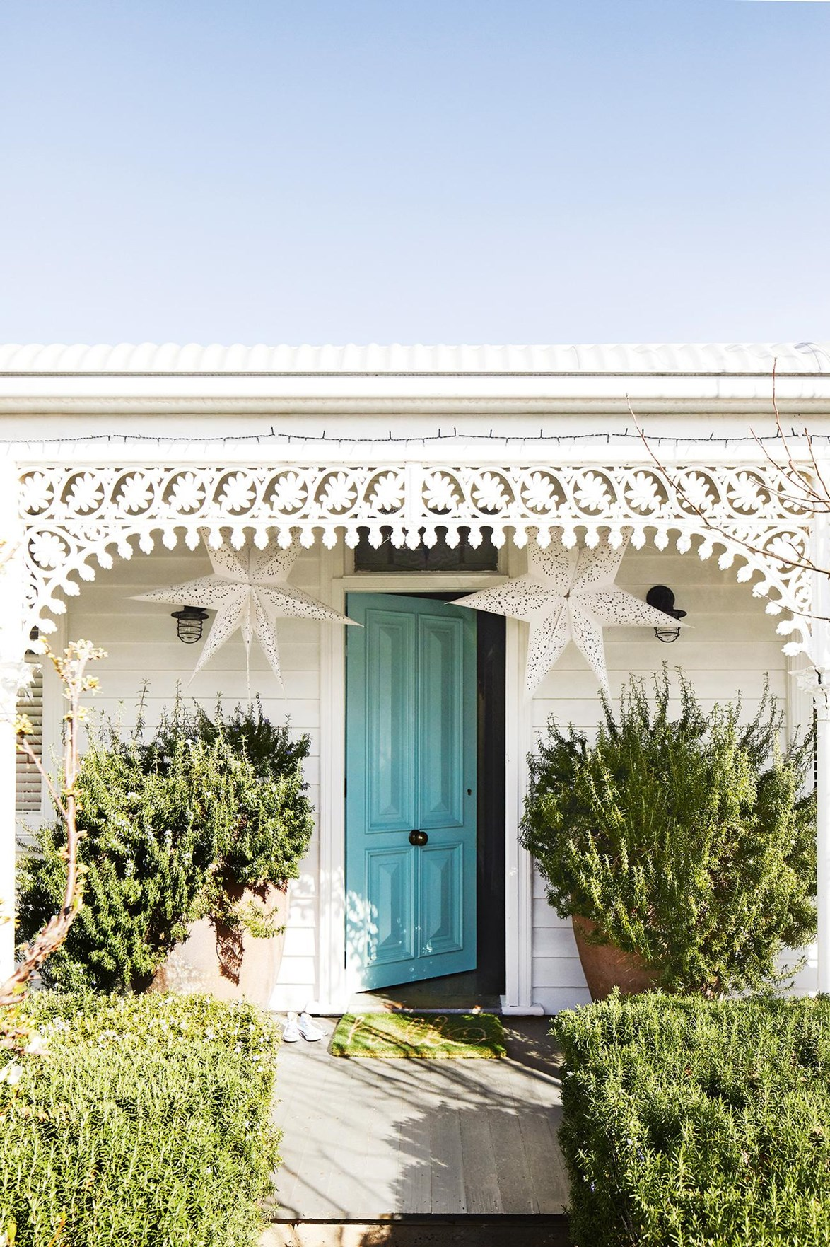 """It may be hard to believe, but this deceptively compact-looking [cottage in Geelong](https://www.homestolove.com.au/style-inspiration-from-a-heritage-home-than-mixes-modern-and-retro-18479