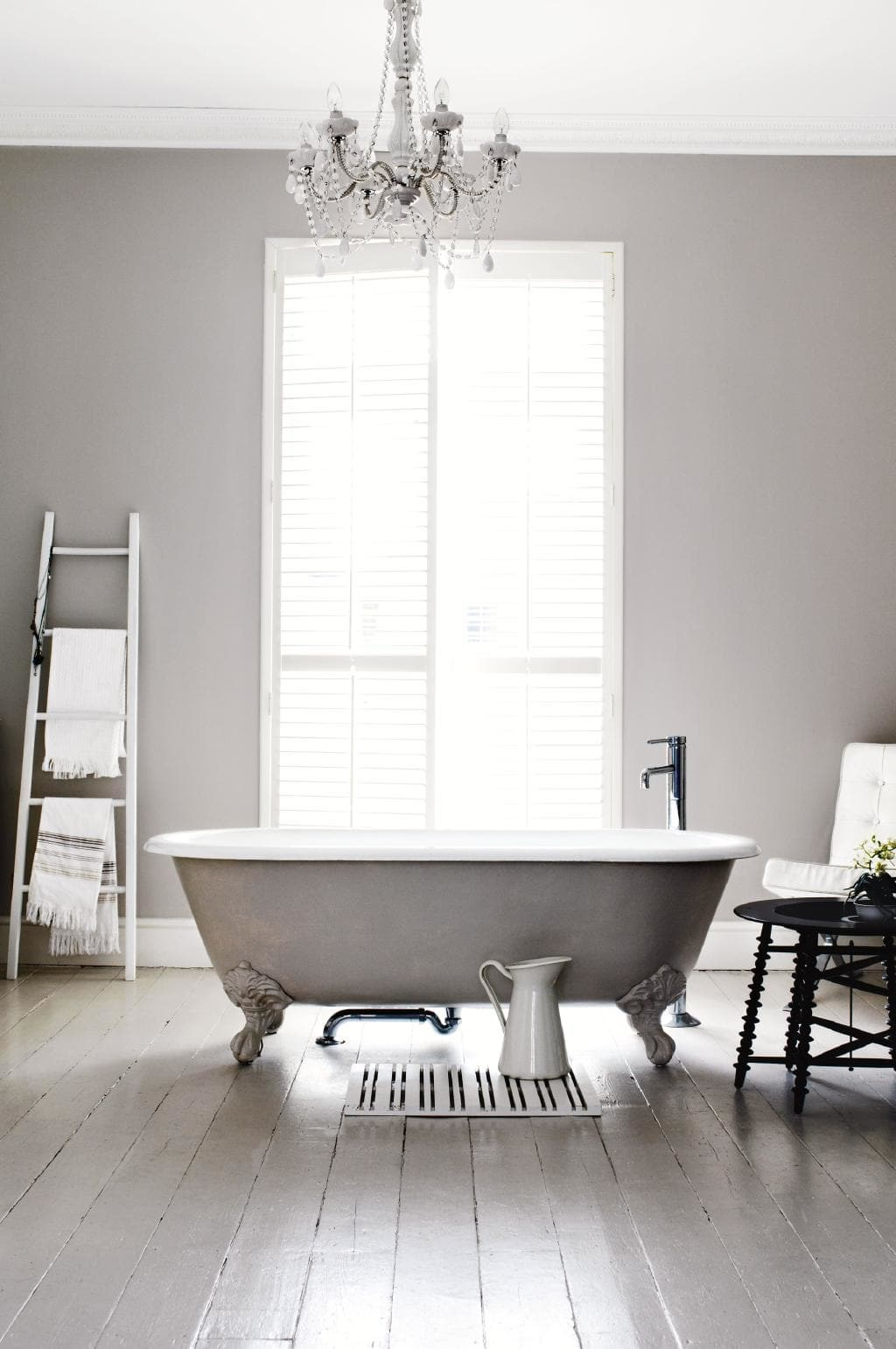 "Shabby chic with a country-style flair, this bathroom in a [stunning London home](https://www.homestolove.com.au/classic-beauty-stunning-london-home-18570|target=""_blank"") features a claw-footed tub screams elegance. *Photo: Amanda Prior / Styling: Kasha Harmer*"