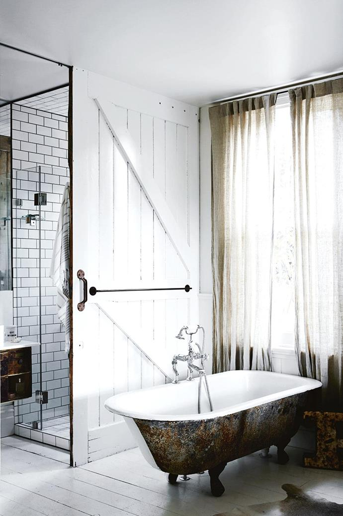 "This compact, shabby-chic bathroom makes clever use of space with a large [sliding barn door](https://www.homestolove.com.au/maximise-space-and-style-with-barn-doors-6582|target=""_blank"") *Styling: Kali Cavanagh*"