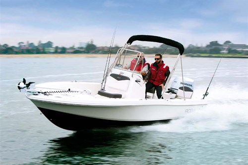Robalo Cayman 206 on the water