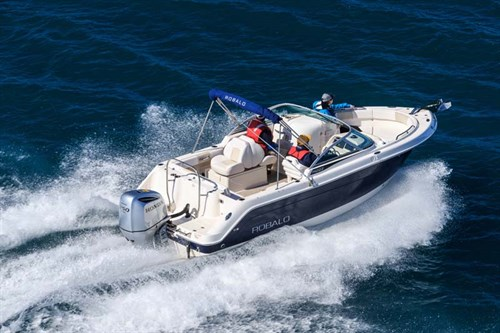 Robalo R227 fishing boat