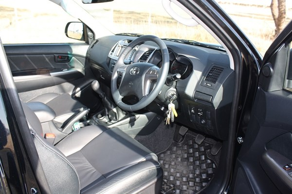 Toyota Hilux _Black Edition 2014_interior