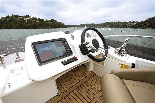 Jeanneau Velasco 43F flybridge helm