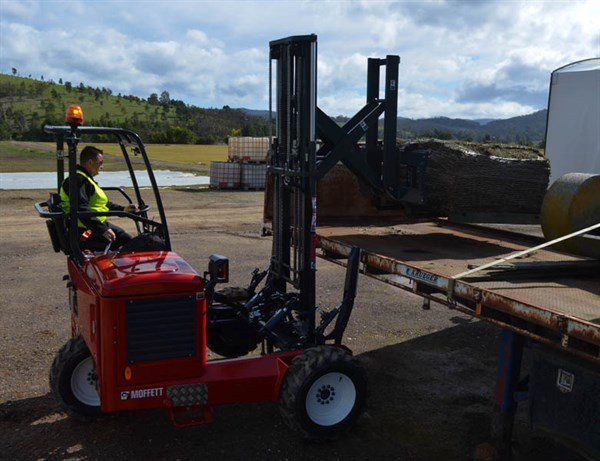 Moffett M5 Forklift -loading