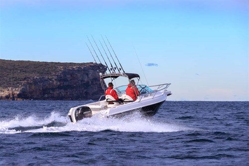 Hunter 565R on the water