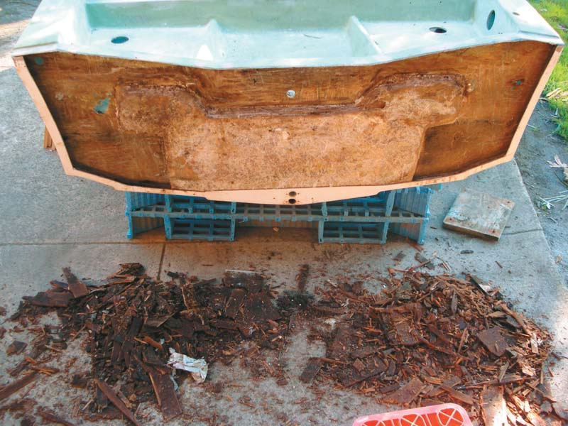 Rotten transom on Savage Avalon project boat
