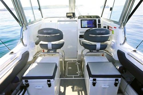 Helm layout on Cruise Craft 685HT
