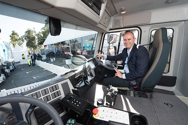 Grab -for -Garbage -Volvo -Dual -Control -FE-Trade Trucks2