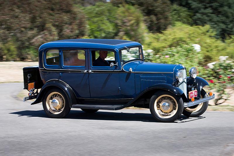 Ford -V8-1932-side