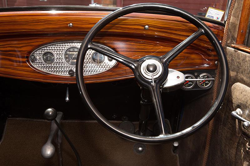 Ford -V8-1932-dash