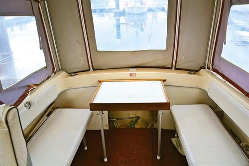 Dinette and lounge in Cruise Craft 580D boat