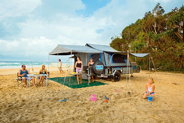 Family 's -camper -trailer -setup -at -the -beach-